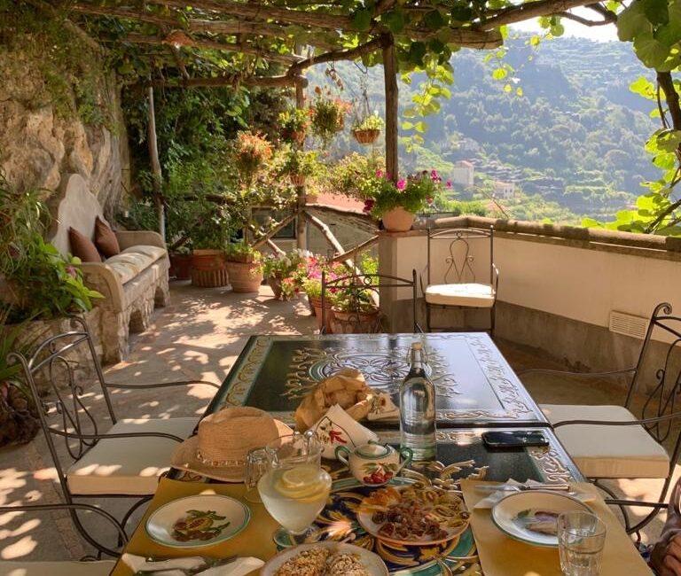 Terrazzo riservato alla prima colazione (in alcuni orari) agli ospiti che pernottano nella camera del nostro agriturismo.